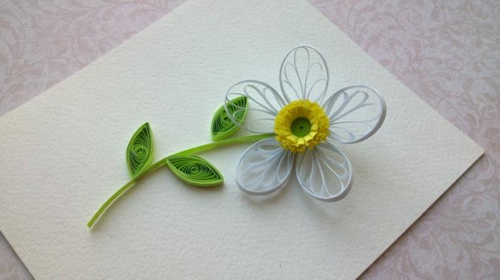 fleur blanche avec des feuilles vertes, que faire avec du quilling