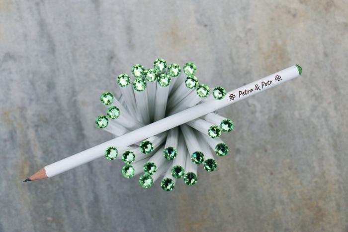modèle de cadeau personnalisé pour les invités, cadeau en forme de crayons avec gravures noms des nouveaux mariés