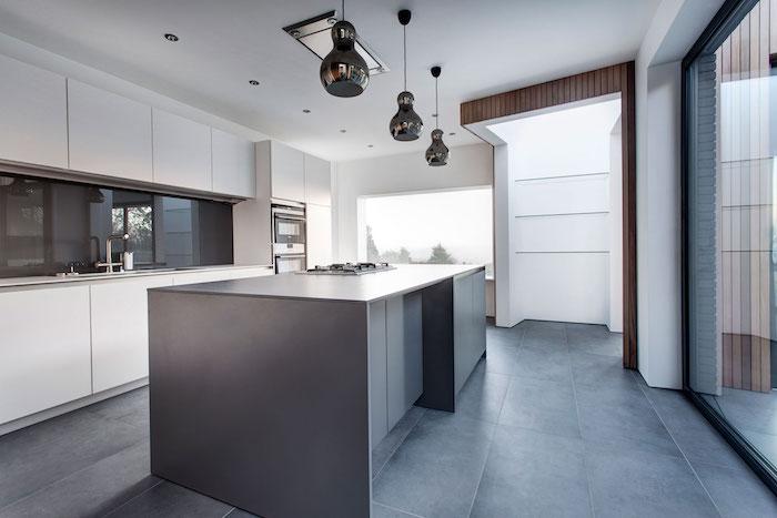 cuisine grise et blanche contemporaine, ilot central gris anthracite, decoration cuisine design moderne