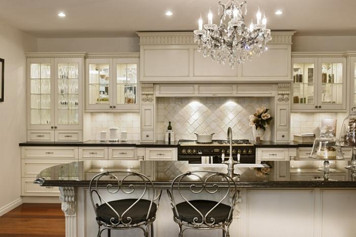 chaises en fer forgé, plafonnier splendide en cristal, carrelage mural blanc, rangement intégré
