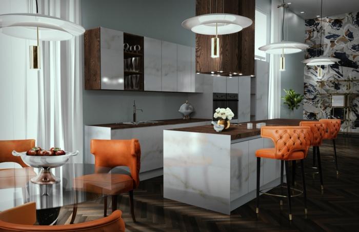 chaises avec dossiers capitonnés, îlot de cuisine blanc avec un comptoir en bois, lampes suspendues