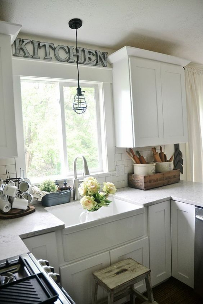 cuisine équipée pas cher, cuisine équipée ikea, meubles tout blancs, luminaire suspendu, grand lavabo profond blanc a l'ancienne, parquet en marron foncé