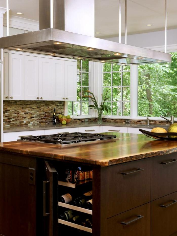 cuisine équipée pas cher, îlot en bois, hotte suspendue, grande fenêtre et cabinets blancs