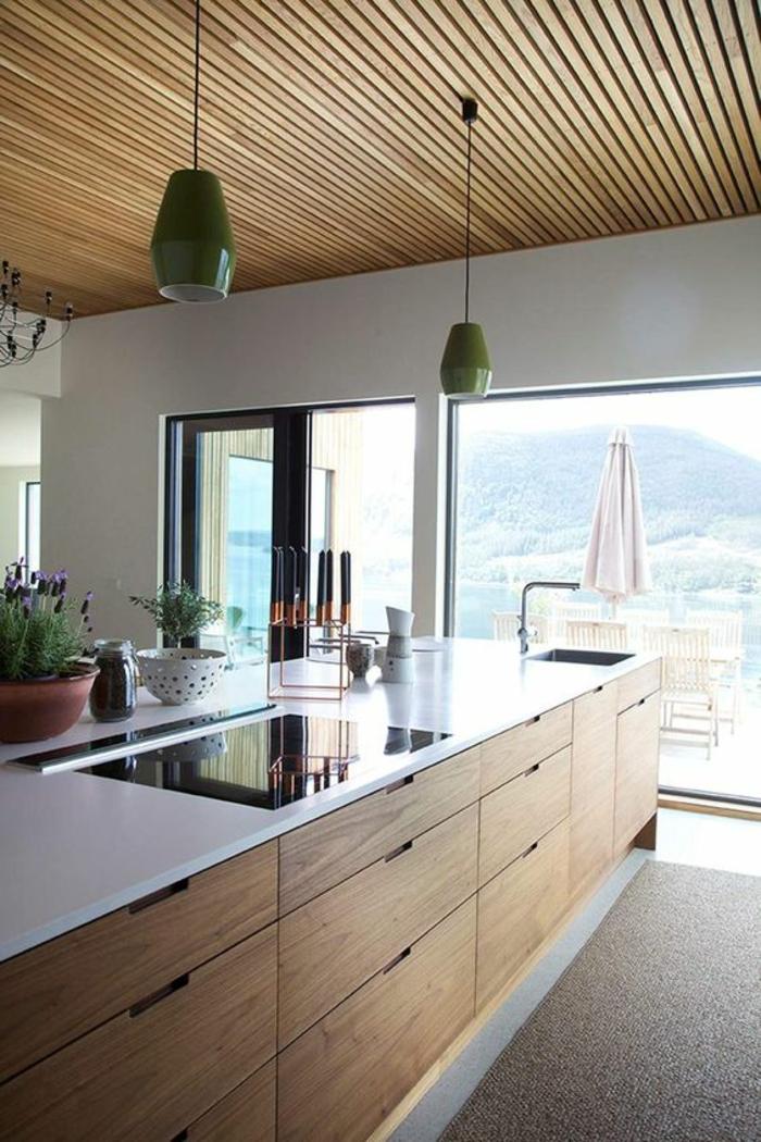 cuisine ilot, petite cuisine équipée, luminaires verts en forme géométrique, plafond en bois avec des effets rayures, meubles avec des poignées incorporées, carrelage gris
