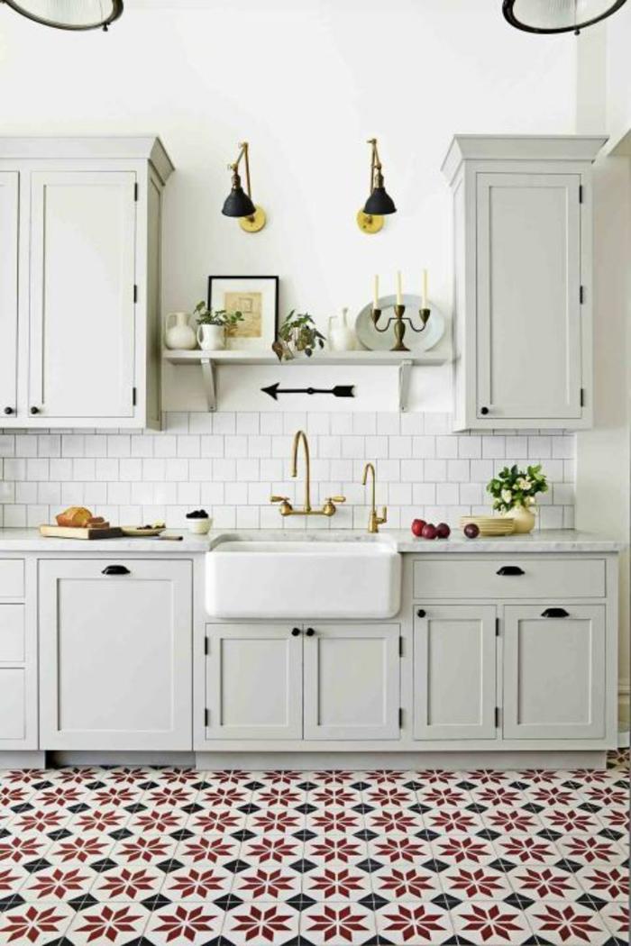 cuisine aménagée pas cher, carrelage en rouge, blanc et noir, meubles suspendus, étagère blanche au-dessus du lavabo en style vintage