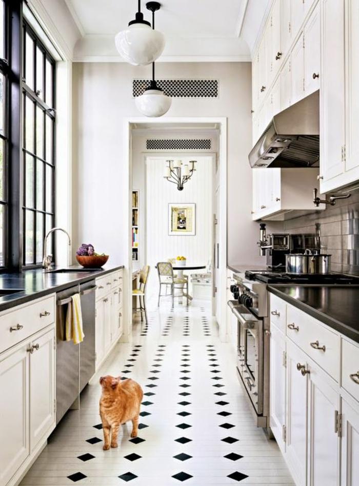 cuisine équipée moderne,carrelage en noir et blanc, losanges noirs sur fond blanc, luminaires en verre blanc opaque, fenêtres en cadres noirs style rétro