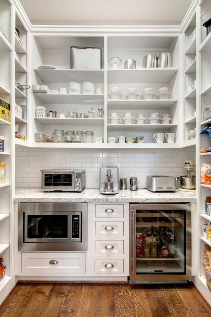 modele cuisine ikea, étagères blanches avec des ustensiles domestiques, parquet marron, fourneaux, frigo petit avec vitrine en verre, crédence en briques blanches