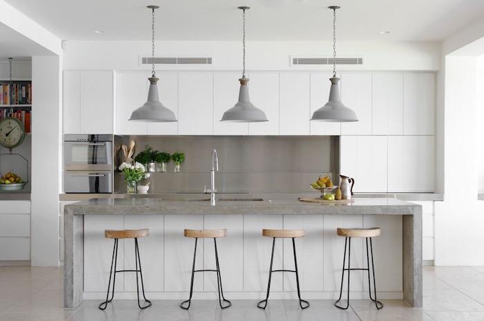 cuisine blanche et grise avec ilot central oculeur beton, cuisine moderne couverte avec meubles blancs