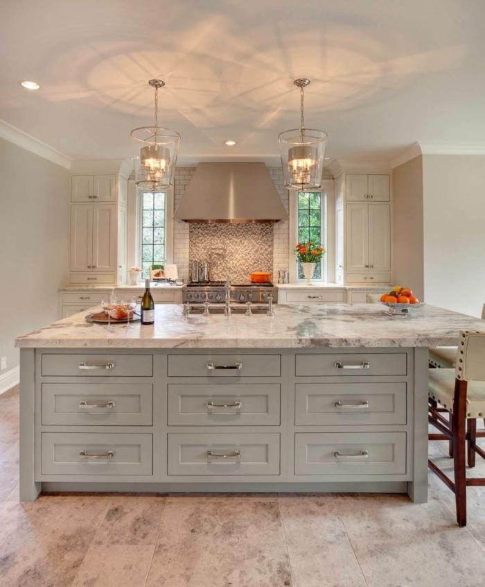 cuisine blanc laqué, tiroirs blancs, plafond blanc, tuiles mosaiques, grand ilot de cuisine
