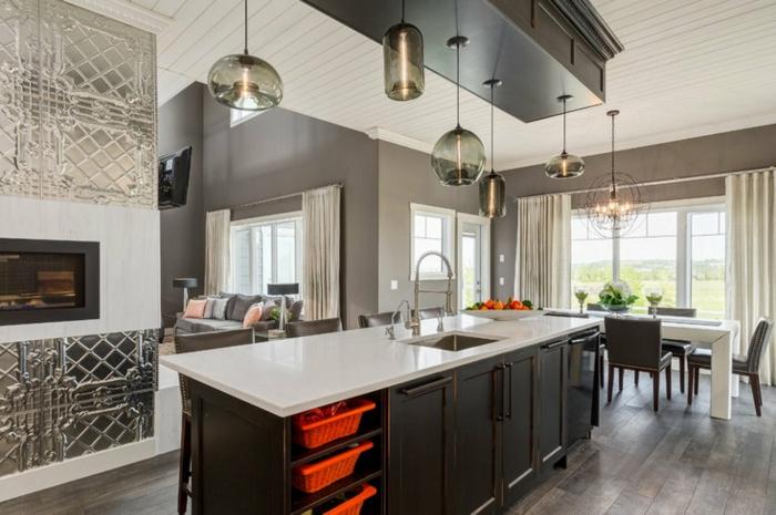 plan de cuisine ouvert, plan de travail blanc avec rangement en bois foncé, sol imitation bois