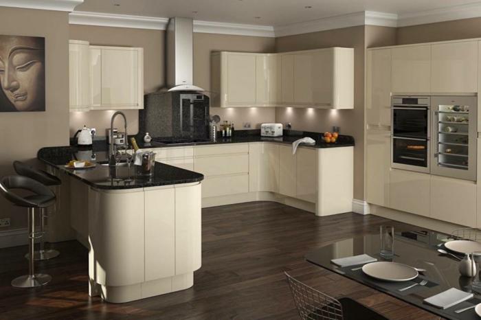 cuisine moderne équipée, comptoir de travail en blanc et noir, sol en bois, appareils intégrés