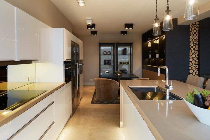 cuisine complète avec electomenager, lampes pendantes, sol travertin, appareils encastrés