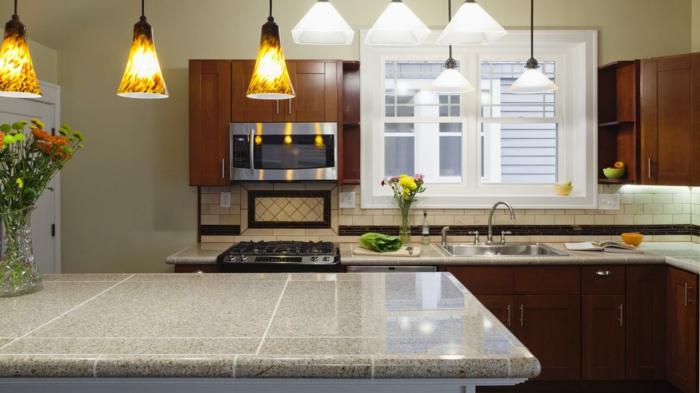 grand ilot de cuisine complète avec electromenager, lampes design, cuisine en L