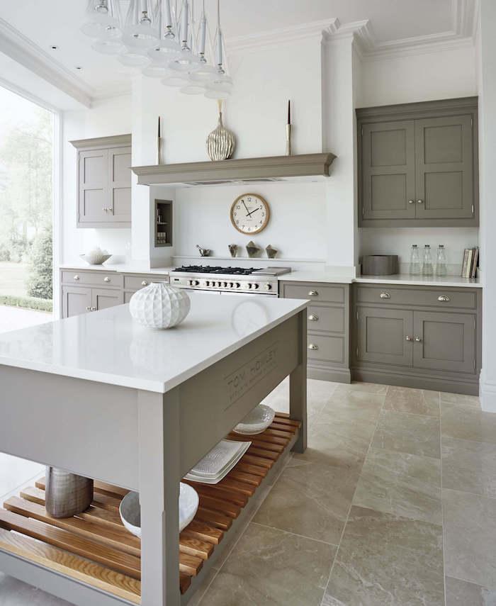 cuisine repeinte en gris taupe, cuisine carrelage gris plan de travail laqué