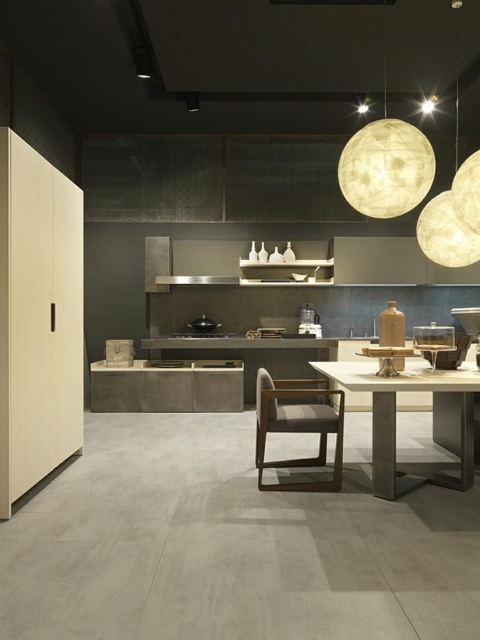 suspensions rondes globes, cuisine gris anthracite, table longue, chaise en gris et bois, cuisine design industriel
