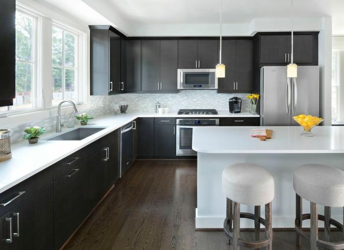 sol en bois, tabourets design industriel, comptoir ilot central blanc, cabinets suspendus