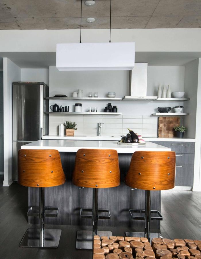 cuisine grise, chaises en bois et métal, plafond en béton ciré, hote de cuisine blanche, étagères murales