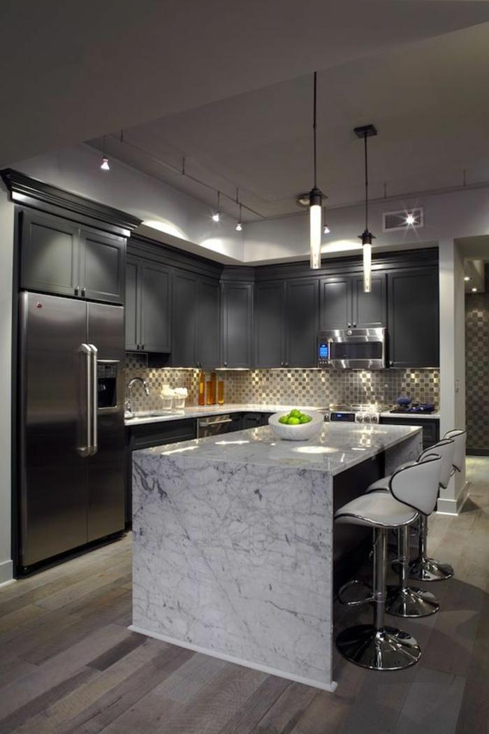 comptoir en marbre, chaises blanches, crédence avec tuiles mosaiques, cabinets gris