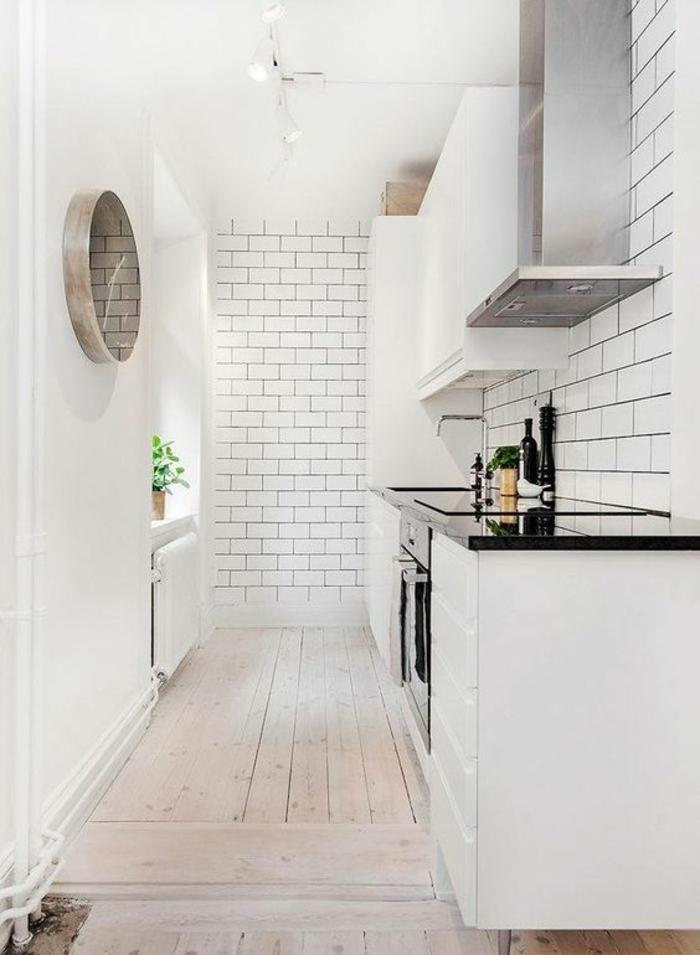 cuisine équipée ikea, plan de travail en noir brillant, parquet nuances de sable, murs blancs, avec des briques blanches