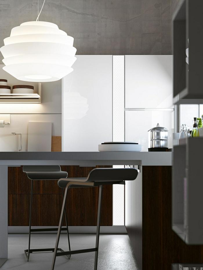 aménager une cuisine gris anthracite, suspension blanche originale, tabourets de bar gris