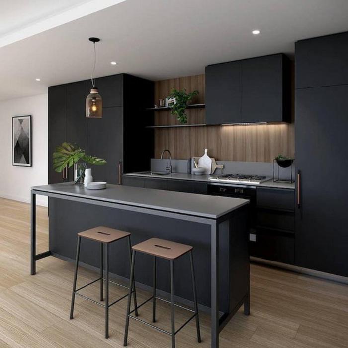 cuisine en bois et blanc, tabourets d bar en bois, îlot gris, sol en bois, armoires noires