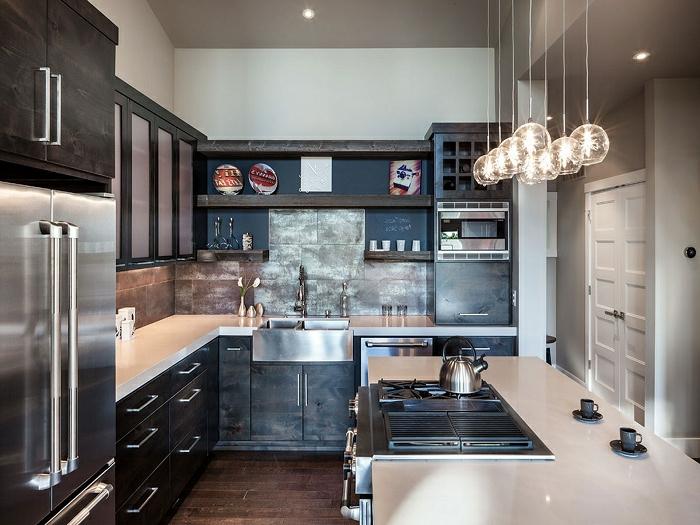 petite cuisine compacte, lampes suspendues rondes, réfrigérateur design moderne, rangement de cuisine