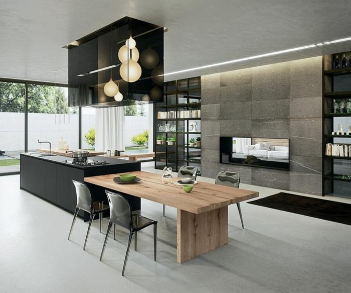 table en bois clair, chaises acryliques, cuisine à espace ouvert dans une maison contemporaine