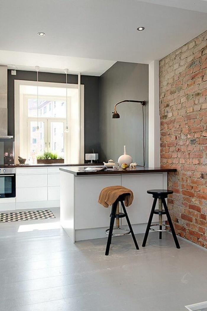 cuisine pas cher, cuisine laquée blanche, carrelage en gris clair brillant, tabourets de bar en bois noir, mur en briques rouges, en style effet vieilli