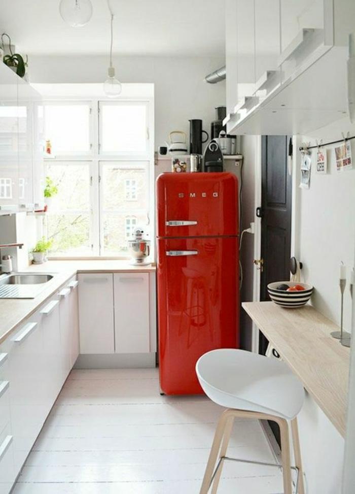 modele cuisine ikea, frigo rouge flamme en style vintage, plan de travail imitation bois clair, surface imitation bois collée au mur pour servir de table a manger, chaise en plastique blanche et des pieds en bois clair