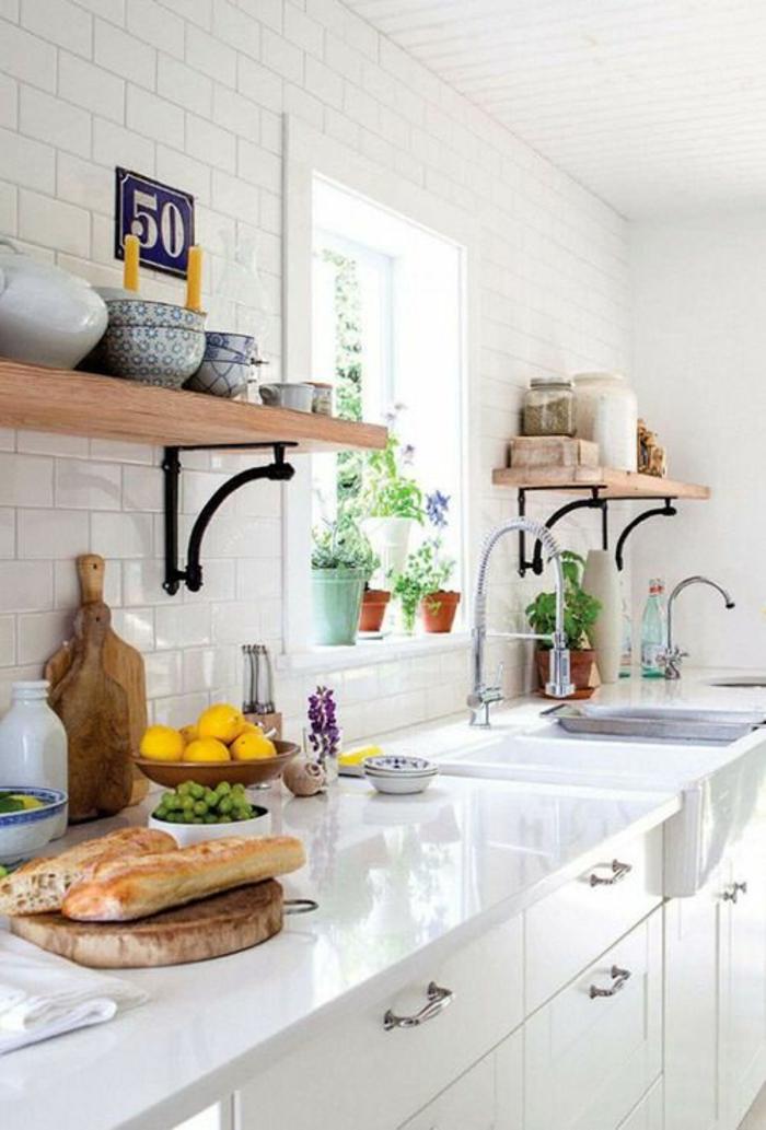 cuisine laquée blanche, amenagement cuisine, meubles blancs, étagères en fer forgé noir et surface imitation bois, murs en briques blanches, surfaces lumineuses, réfléchissent la lumière