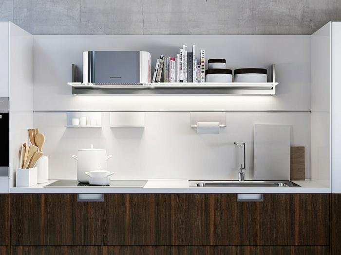 cuisine incorporée, peinture murale blanc et gris clair, ustensile en bois, cabinets de bois