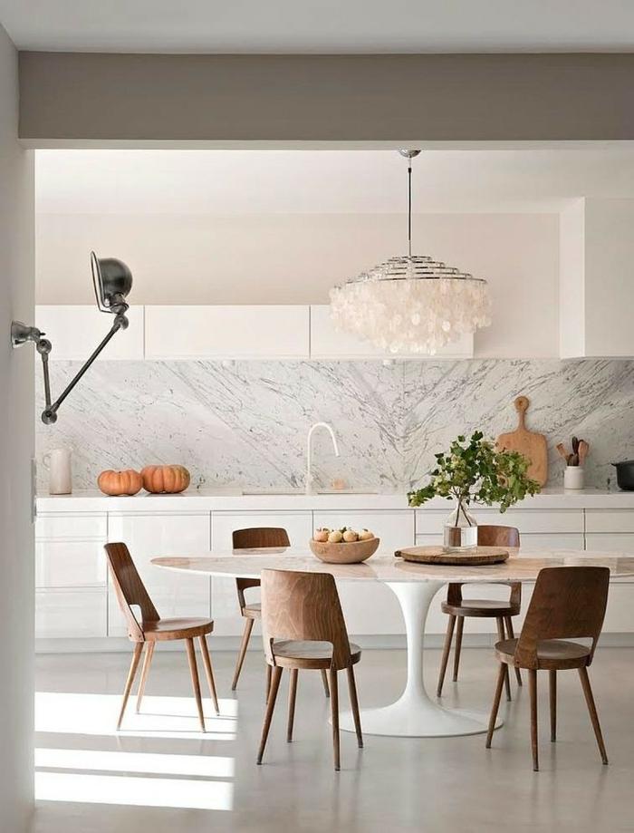 cuisine scandinave, chaises en bois, table tulipe, rangement en blanc, niche murale avec rangement minimaliste