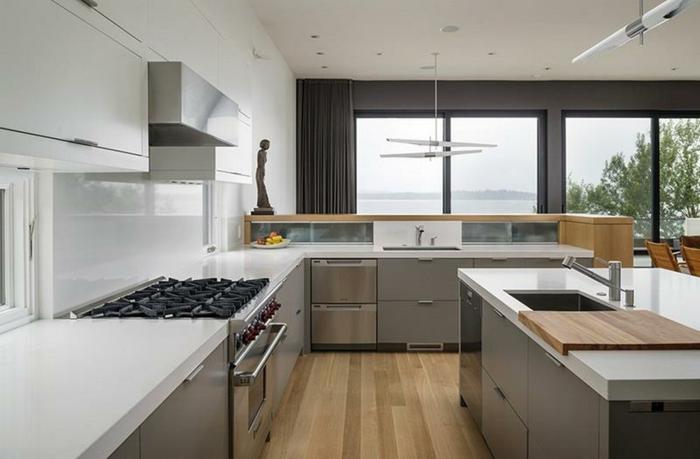 design de cuisine blanc laqué, grandes fenêtres et cuisine en L espace ouvert