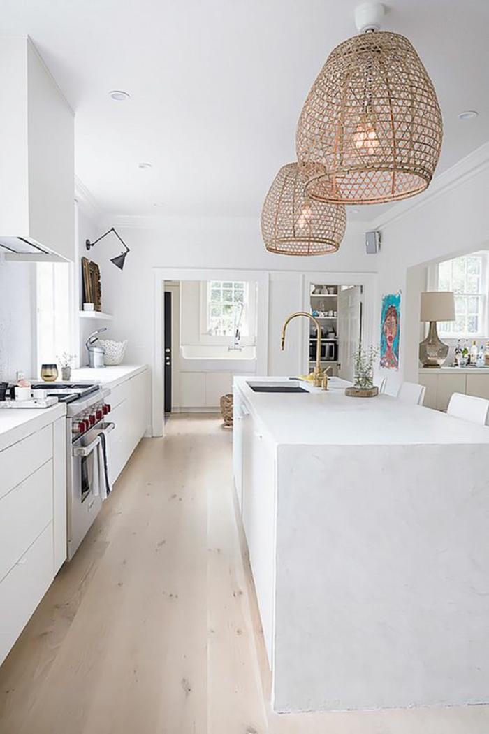 cuisine équipée ikea, ilot blanc rectangulaire, corps luminaires ovales en canne tressée, parquet en couleur sable