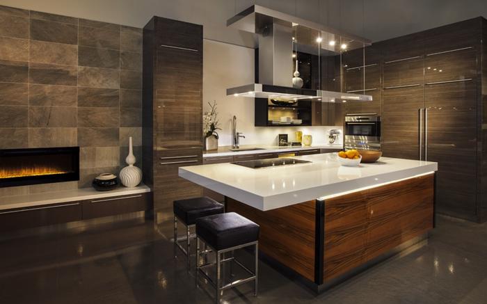 cuisine de luxe, cheminée intégrée, îlot de cuisine contemporain, tabourets noirs, rangement intégré
