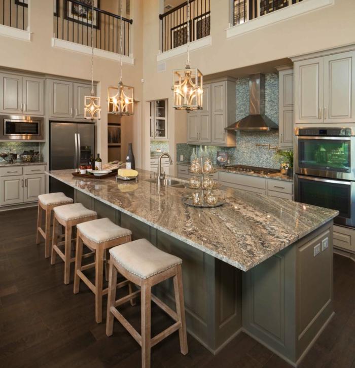 ilot de cuisine gris, tabourets blanc et bois, lampes pendantes, appareils encastrés