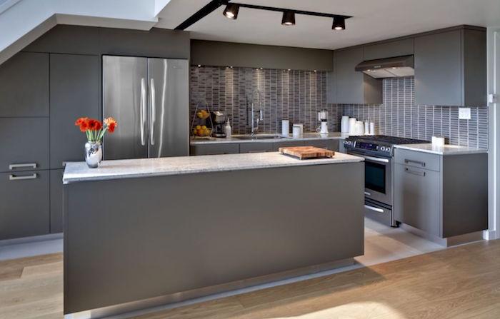 idée d'aménagement de cuisine gris anthracite avec ilot central et sol en parquet flottant