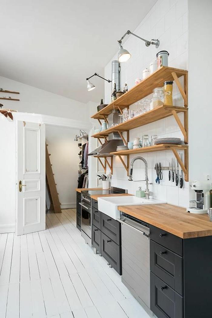 cuisine blanc laqué avec parquet peint en blanc, meubles en noir, étagères en bois clair, porte peinte en blanc, lavabo blanc profond