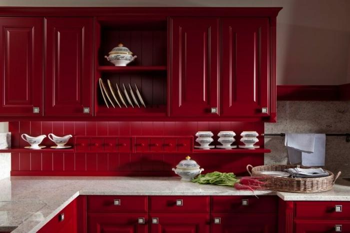 comptoir de cuisine blanc, placards rouges, ustensile blanche, panier tressé