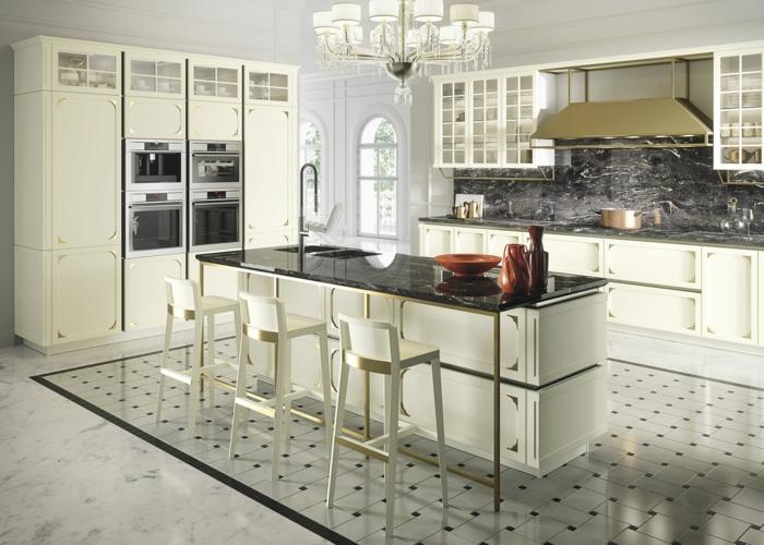 sol en carreaux noirs et blancs, tabpurets de bar blanches, comptoir noir, crédence de cuisine noire, armoires de cuisine blanches