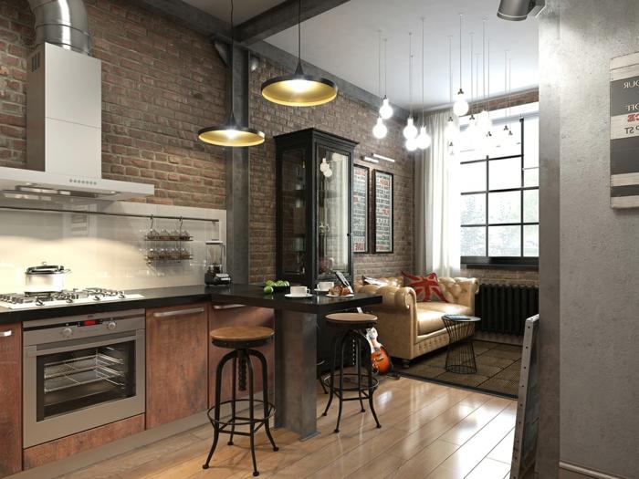lampes usine noires, tabourets industriels, mur en briques rouges, meuble colonne avec vitrine, sofa beige