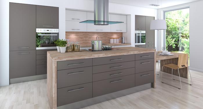 meuble de cuisine gris taupe, ilot central avec plan de travail en bois