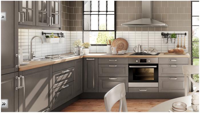 modèle cuisine équipée gris clair avec plan de travail bois clair