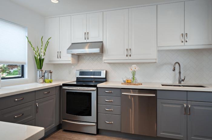 photo de crédence blanche cuisine, cuisine grise et blanche équipée simple