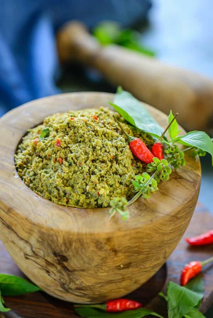 recette minceur, curry aromatisé aux fines herbes, finition de pâte mousseuse, petits poivrons rouges piquants, menthe, saveurs piquantes