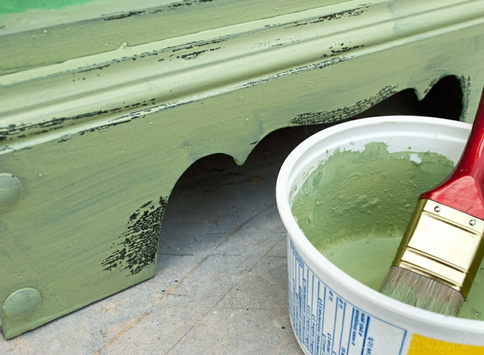 relooker un meuble, meuble en bois peint vert, vieillir un meuble avec vaseline