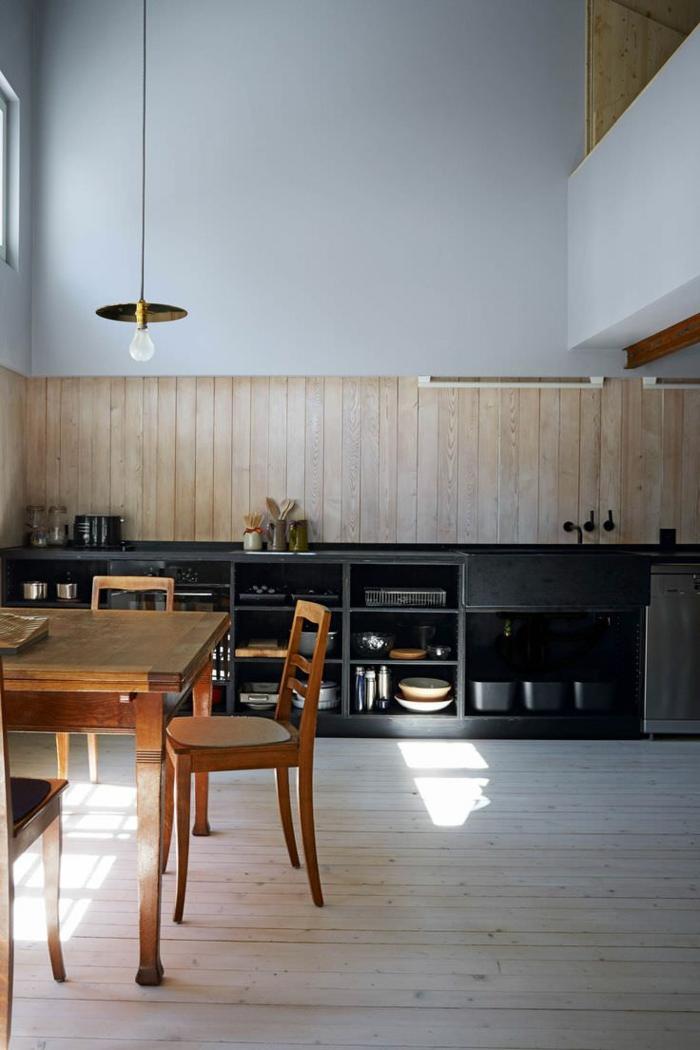 aménagement de la cuisine contemporaine, table et chaises en bois et meuble de rangement noir