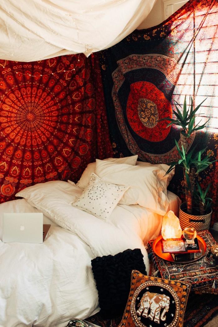 coin de repos gypsy, lit avec baldaquin, coussins blancs, coussins ethniques, lampe de sel