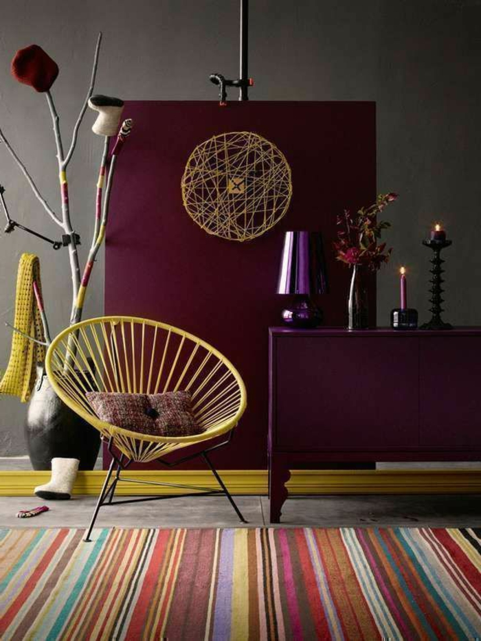 quelle couleur de peinture tendance utiliser pour son séjour, chaise originale, carpette à rayures, commode lilas, grand vase noir