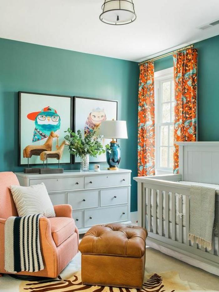 chambre bleu canard, murs vibrants, luminaire tambour blanc opaque, fauteuil moelleux rose, plafond blanc, lit blanc, tapis en forme de peau de tigre, avec des motifs de peau de tigre